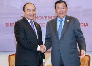 prime_minister_hun_sen_and_vietnamese_prime_minister_nguyen_xuan_phuc_shake_hands_during_a_meeting_in_siem_reap_last_week_23_11_2016_supplied_0